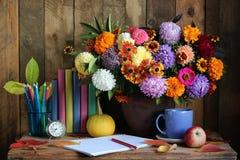 Todavía vida con las flores, los libros y los lápices del otoño Fotografía de archivo