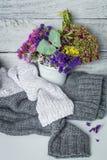 Todavía vida con las flores y el limón rojos de la taza Fotografía de archivo