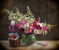 Todavía vida con las flores y el melocotón rosados Imagen de archivo