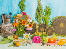 Todavía vida con las flores y la cosecha Fotos de archivo