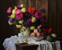 Todavía vida con las flores y las frutas Fotografía de archivo libre de regalías