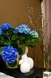 Todavía vida con las flores y los conejitos de pascua Imagen de archivo