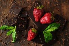 Todavía vida con las fresas y las barras de chocolate Foto de archivo libre de regalías