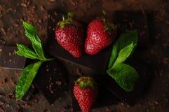 Todavía vida con las fresas y las barras de chocolate Fotos de archivo