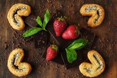 Todavía vida con las fresas y las barras de chocolate Fotografía de archivo libre de regalías