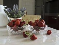 Todavía vida con las fresas y las flores Fotografía de archivo