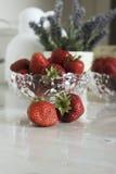 Todavía vida con las fresas y las flores Fotos de archivo libres de regalías