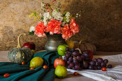Todavía vida con las frutas. Imagen de archivo libre de regalías