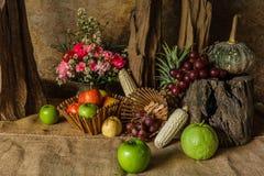 Todavía vida con las frutas. Imágenes de archivo libres de regalías