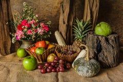 Todavía vida con las frutas. Imagenes de archivo