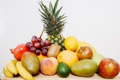 Todavía vida con las frutas Caja con la fruta Imagen de archivo libre de regalías