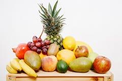 Todavía vida con las frutas Caja con la fruta Imágenes de archivo libres de regalías
