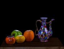 Todavía vida con las frutas y la tetera de Oriente Medio Imágenes de archivo libres de regalías