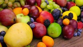 Todavía vida con las frutas y las bayas almacen de metraje de vídeo