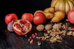 todavía vida con las frutas y las nueces otoñales orgánicas Imagenes de archivo