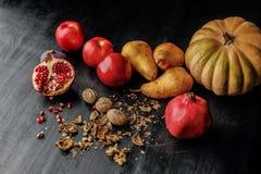 todavía vida con las frutas y las nueces otoñales orgánicas Fotos de archivo