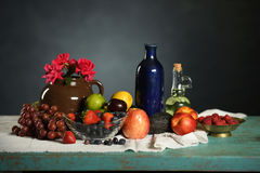 Todavía vida con las frutas y Rosed Imágenes de archivo libres de regalías