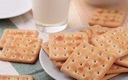 Todavía vida con las galletas y la leche de soda Fotos de archivo