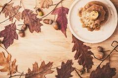 Todavía vida con las hojas de la vela y de otoño Foto de archivo libre de regalías