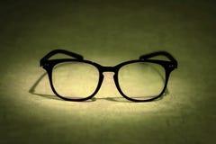 Todavía vida con las lentes de la lectura en fondo azul Imagen de archivo libre de regalías