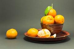 Todavía vida con las mandarinas frescas en un cuenco rojo Fotografía de archivo