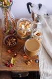 Todavía vida con las manzanas del café, nuts y pequeñas Fotografía de archivo
