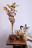 Todavía vida con las manzanas del café, nuts y pequeñas Fotos de archivo libres de regalías