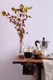 Todavía vida con las manzanas del café, nuts y pequeñas Foto de archivo