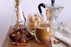 Todavía vida con las manzanas del café, nuts y pequeñas Imágenes de archivo libres de regalías