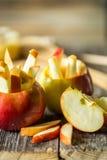 todavía vida con las manzanas en fondo de madera Foto de archivo