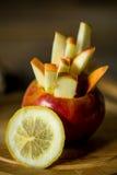 todavía vida con las manzanas en fondo de madera Fotografía de archivo