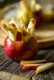 todavía vida con las manzanas en fondo de madera Imagen de archivo libre de regalías