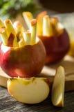 todavía vida con las manzanas en fondo de madera Fotos de archivo