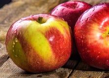 Todavía vida con las manzanas en la tabla Imágenes de archivo libres de regalías