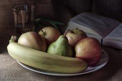 Todavía vida con las manzanas pera y plátano foto de archivo