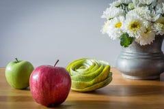 Todavía vida con las manzanas rojas y verdes Foto de archivo libre de regalías