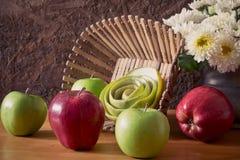 Todavía vida con las manzanas rojas y verdes Fotos de archivo