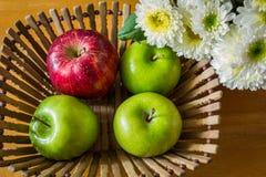 Todavía vida con las manzanas rojas y verdes Fotos de archivo libres de regalías