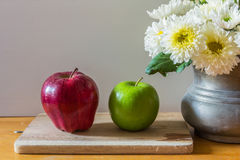 Todavía vida con las manzanas rojas y verdes Imagenes de archivo
