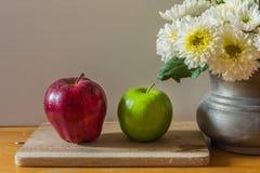 Todavía vida con las manzanas rojas y verdes Imagen de archivo libre de regalías