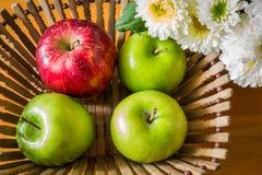 Todavía vida con las manzanas rojas y verdes Fotografía de archivo