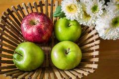 Todavía vida con las manzanas rojas y verdes Imágenes de archivo libres de regalías
