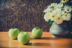 Todavía vida con las manzanas verdes Fotos de archivo