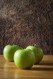 Todavía vida con las manzanas verdes Imagenes de archivo