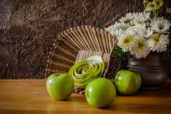 Todavía vida con las manzanas verdes Imagen de archivo