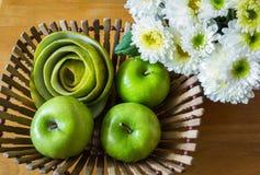 Todavía vida con las manzanas verdes Foto de archivo