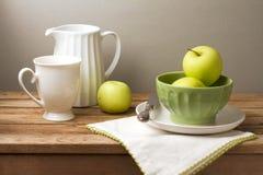 Todavía vida con las manzanas verdes frescas Imágenes de archivo libres de regalías