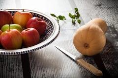 Todavía vida con las manzanas y la calabaza moscada Foto de archivo