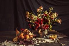 Todavía vida con las manzanas y las flores del otoño Imagen de archivo