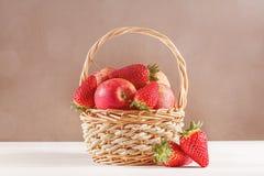 Todavía vida con las manzanas y las fresas Imagen de archivo